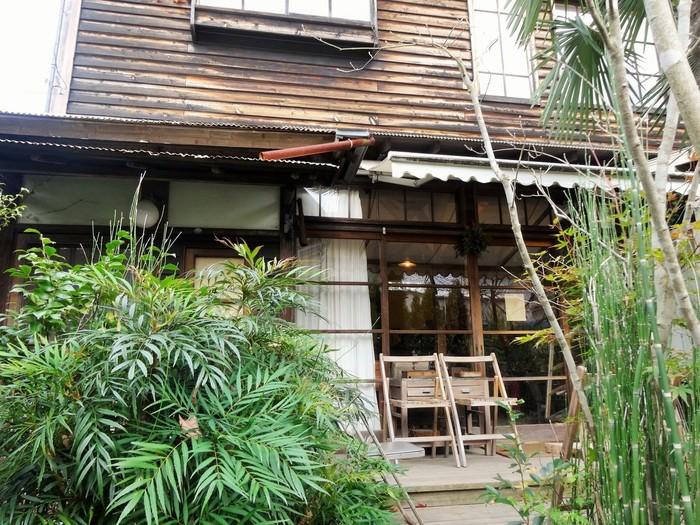 喧騒から離れるように看板に沿って歩くとそこには古民家を改装したカフェ「ミンカ」があります。
