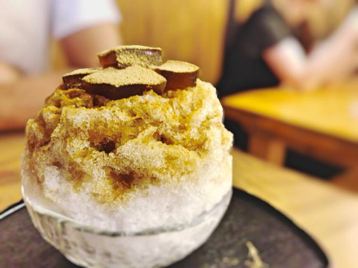 ぜんざいや葛切り、クリーム白玉あんみつなどが味わえます。 人気の「ワラビ氷」は、きな粉をまぶした氷の上にわらび餅がトッピングされ黒蜜のシロップがかかっています。そして、中にはあんこがかくれているのも嬉しい一品です。