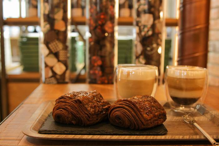 北海道生まれの本格チョコレート専門店ショコラティエ マサール。厳選された世界中のチョコレートや、空港限定商品が並びます。こちらは、ショコラティエのパン・オ・ショコラ。サクサク重なったパンの食感に、チョコレートの香りと甘さが広がります。
