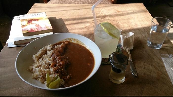 体に優しくするする入っていく玄米とひよこ豆のカレー。その他にも野菜をふんだんに使った玉手箱のようなワンプレートなどお食事をする事もできます。雨音を聞きながら自分をゆっくりリラックスさせてあげるには最適なカフェ「ミンカ」です。
