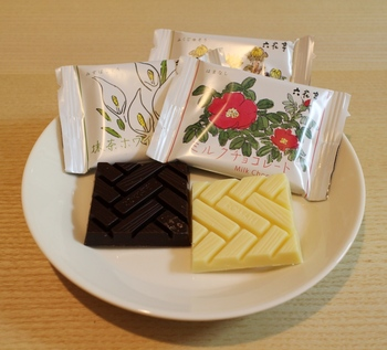 他にもチョコレートやキャンディーなど美味しいお菓子が揃っています。パッケージの可愛さも人気の秘密。お土産にもらってうれしい六花亭。販売している「スカイショップ小笠原」の営業時間は7:00~20:30です。
