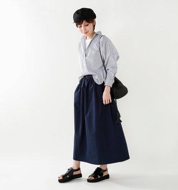 ふんわりスカートやワイドパンツなどボリュームのあるボトムスとの相性もバツグン。上品な印象のサンダルなのでキレイめパンツともマッチします。