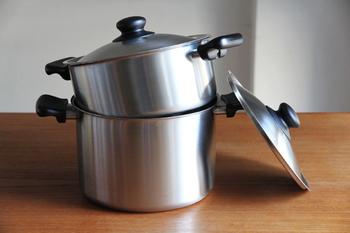 素材には、耐食性に優れ、お手入れが簡単な「18-8ステンレス」を使用。サイズは浅型、深型の2種類から選ぶことが出来ます。とても軽いので、毎日の調理で大活躍!例えば、野菜やパスタを茹でた後に茹で汁を捨てる時や、煮物の際に煮汁を絡ませようと鍋をゆする時にも、しっかりと両手で持てるので、とっても便利。持ち手も樹脂製なので、熱が伝わることなく、ぱっと素手で掴めるのも嬉しいポイントです。