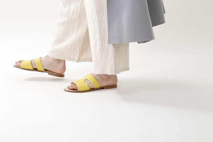 気軽に履けるフラットサンダルは一足持っていると便利です。シンプルなデザインですが、太いベルトの両サイドにスリットを入れることで個性的な表情に。上質なレザーを使いつつも抜け感たっぷりで、カジュアルからキレイめまで幅広いコーデに使えます。