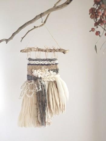 毛糸を手織りで編んでいく「ウィービングタペストリー」は、ボーホースタイルには欠かせないアイテムのひとつ。
