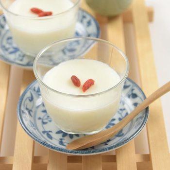 みんな大好き「杏仁豆腐」のレシピです。材料を火にかけて粉寒天で冷やし固めて、簡単に作れます。クコの実を飾れば、本場のアジアンスイーツの完成!