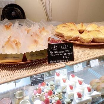 食材の美味さを引き出し、添加物を極力使わないこだわりのケーキや焼き菓子、パンなどが味わえますよ。カフェだけでなく、テイクアウトも◎