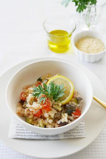 炊飯器に、お米、野菜、調味料を入れたらスイッチポン!おいしいリゾットがカンタンにできちゃいます。炊きあがったら仕上げに粉チーズをかけるとまろやかに♪冷蔵庫に残っている野菜を使いきりたい時にもオススメです。
