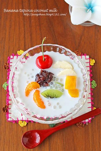 「タピオカココナッツミルク」のレシピです。フォークでつぶしたとろとろのバナナにココナッツミルクを注ぎ、戻したタピオカを入れるだけで完成です。お好みであんこやフルーツを飾れば、彩り豊かなスイーツに変身!