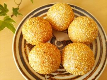 中華スイーツの定番「ごま団子」のレシピです。ごまのプチプチ感とお団子のモチモチ感が楽しめます。揚げたての香ばしいごまの匂いが食欲を誘いますよ♪