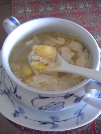 銀杏と湯葉のデザートスープのレシピです。スイーツに湯葉?銀杏?と驚かれたかもしれませんが、夏バテした時にもおすすめの体にやさしいスイーツです。