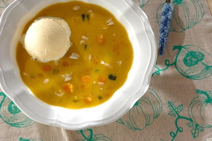 「カボチャのココナッツミルク」のレシピです。エアコンなどで冷えた体でも美味しく食べれるあったかスイーツです。たっぷり作って、残りは冷やしておけば、温度によって異なる風味が2度楽しめますね。