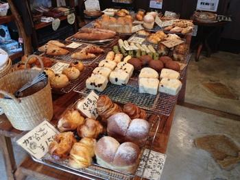 テーブルに並んだパンも席で食べることができますし、持ち帰るのもOK。パンは人気なので、どんどん売れていってしまうとか…。