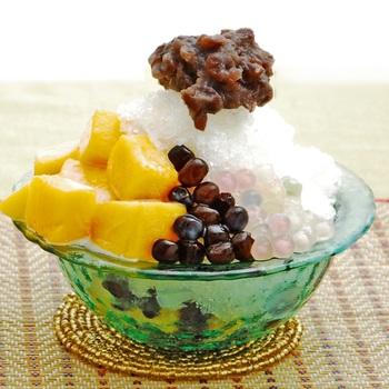 フィリピンの代表的なかき氷スイーツ「ハロハロ」のレシピです。かき氷の上にはカラフルなタピオカや瑞々しいマンゴーの果肉、あんこがたっぷり飾られて、とっても美味しそう!