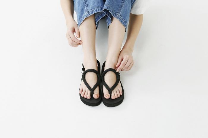 ナイロンベルトで足を固定する「SUICOKE(スイコック)」のフラットサンダル。足の甲に丸い円が描かれるので、他のスポーツサンダルとは違ってどことなく可愛らしい佇まいに。  ミニマルなデザインとスニーカーのように軽やかな歩き心地が魅力。長時間歩いても疲れにくいので、普段使いからレジャーシーンまで大活躍すること間違いなしです!