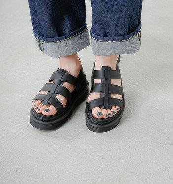 ストラップが足首近くまで甲を覆う特徴的なデザイン。足にしっかりフィットし安定感もバツグンです。通気性も良く、1日中履いていてもムレずに快適◎。