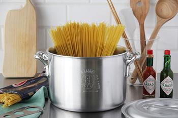 見た目がとてもスタイリッシュで、キッチンにあるだけで、どこかお洒落に見えるお鍋。鍋の側面にはきちんと目盛りが付いていたり、蓋の取っ手が飛び出していないので、蓋がスタッキングできるようになっています。また、鍋の縁を折り曲げることによって、耐久性や機能性も高め、気が付くと、キッチンの主役級のお鍋になりそう!たっぷりのお湯で麺を茹でる以外にも、カレーを煮込んだり、豚のブロックで角煮を作ったりと、様々なシーンで活躍してくれそうです。アルミ特有の経年変化による、色の変化も楽しみに…。