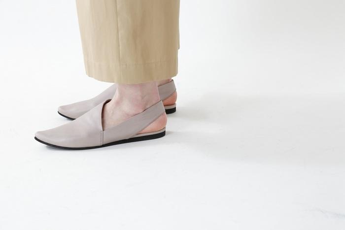 """ミニマルなのに個性的。大人の女性に似合う「yuko imanishi+(ユウコイマニシプラス)」のキッドレザーサンダルです。素足に履いてもバランスの良い計算されたデザインが魅力。キレイめコーデはもちろん、あえてデニムやワークパンツに合わせても""""こなれ感""""があって素敵です。"""