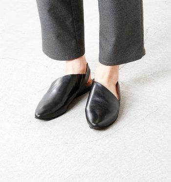 アッパーに用いた足馴染みの良いキッドレザーを、モダンなカッティングに仕上げて。どことなく女性らしい可憐な雰囲気も漂います。