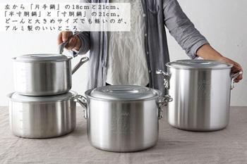 コックさんのマークが可愛らしい「中尾アルミ製作所」の「キングポット」シリーズは、18㎝と21㎝の片手鍋と、21㎝の半寸胴鍋と寸胴鍋がラインナップ。大決めサイズの寸胴鍋でもアルミ製なので、とても軽い使い心地です。 こちらのお鍋は、帝国ホテルやホテルオークラなど、一流ホテルの厨房のプロ達に愛されてきた、プロ仕様の道具としても知られています。