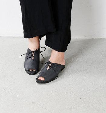 シューレースでさりげなく可愛らしさを添えて。足の形に添った自然なフォルムとインソールのクッションで、長時間の歩行も楽ちんです。