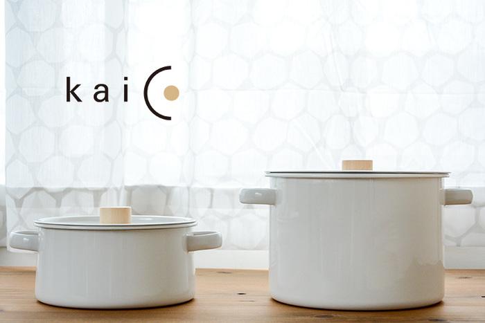 家具デザイナー小泉誠氏がプロデュースするプロダクト「kaico(カイコ)」の両手鍋とパスタパン。使いやすさを一番に考えたシンプルデザインはホーロー素材にぴったりです。小さ目の両手鍋は、一人分の中華麺を茹でたりするのに丁度良いサイズ。ナチュラルな雰囲気がとても可愛らしく、食卓にそのまま出してもサマになりそうですね!