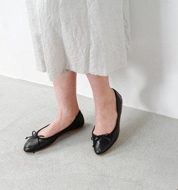 スニーカーは楽ちんだけれど、もう少し女性らしい靴も履きたい!でも窮屈な靴は履きたくない…。そんな方におすすめなのが「フラットシューズ」です。