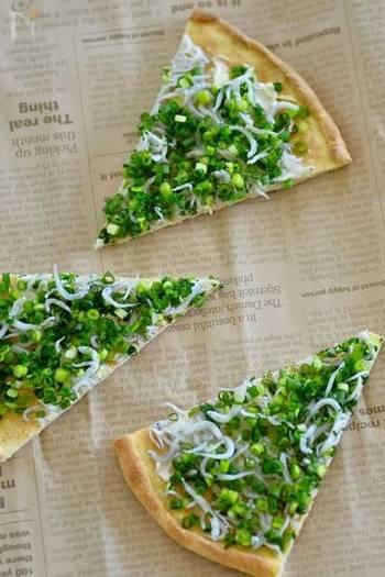 ホットケーキミックスと絹ごし豆腐を混ぜた生地でつくるピザ。焼きあがった生地にクリームチーズを塗り、ネギとシラスを全体に散らします。生地を薄く伸ばすことでカリカリのクリスピー生地に仕上がります。