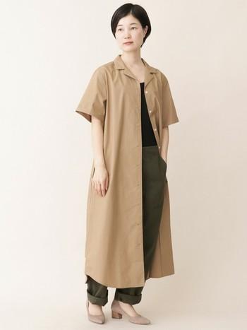 こちらはオープンカラーのシャツワンピースに、メンズライクなベイカーパンツを組み合わせたハンサムなスタイリング。ベージュ×カーキのニュアンスカラーが、都会的で洗練された雰囲気を醸し出します。足元はシンプルなパンプスを合わせて、さりげなく女性らしさをプラスすると◎。