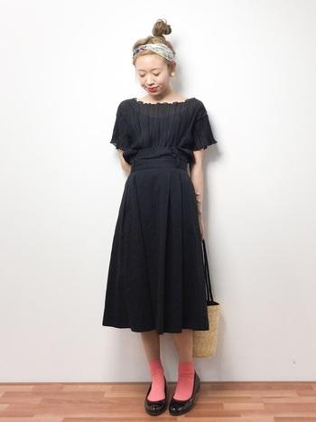 ワンピース×フラットシューズのブラックコーデも、カラー靴下にするだけでまた違った雰囲気に。おめかしスタイルにほんの少し遊びをプラスするのも素敵です。