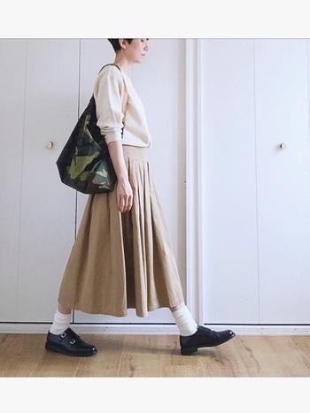 こちらはベージュ系のアイテムでまとめた、上品で洗練された大人のカジュアルコーデ。フレアスカートをポイントにしたノーブルな着こなしが素敵ですね。ふんわりとした女性らしいシルエットのスカートには、マニッシュなシューズを合わせて大人っぽいバランスに。辛口なカモフラ柄バッグのアクセントも、スカートをスタイリッシュに着こなすポイントです。