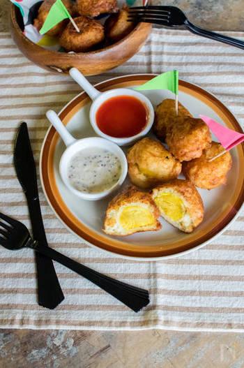 ホットケーキミックスに絹豆腐を混ぜ合わせたふわふわの生地でジャガイモを包み揚げ焼きに。ソースはマヨネーズベースとケチャップベースの2種類で楽しんで。