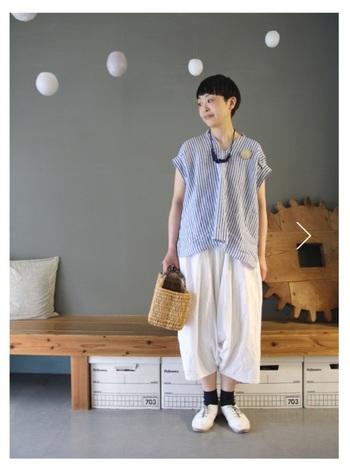 夏のスタイリングのメインに使える「シャツ・ブラウス」。すっきりした印象のショートヘアと合わせると、夏らしい爽やかさと大人っぽい抜け感を演出できます。こちらはストライプ柄のリネンブラウスに、白パンツを組み合わせた大人のナチュラルコーデ。白×ブルーの清潔感溢れる配色が素敵ですね。アクセサリーやカゴバッグなど、おしゃれな小物使いもぜひお手本にしたい着こなしです。