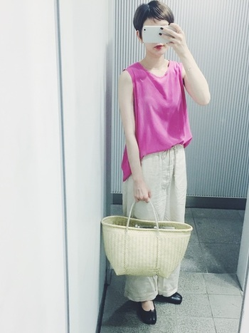 パッと目を引く鮮やかなビビッドカラーも、さらりと着こなせるのがショートヘアの魅力。シンプルな着こなしでもカラーアイテムを一つ取り入れるだけで、今年らしい印象のコーディネートになります。こちらのスタイリングはベージュ×ピンクの女性らしい配色が素敵ですね。軽やかな素材や、リラックス感のあるシルエットなど。着こなしのポイントをいくつかおさえることで、季節感溢れるおしゃれなカジュアルコーデを楽しむことができますよ。