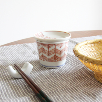 白地に矢じりの羽を描いた矢羽模様が美しい九谷焼の器。繊細なタッチで描かれた模様は、どこか親しみやすく、心が和むデザインです。豆皿がセットになっているので、お蕎麦や素麺に薬味を添えるのは勿論、急な来客には、豆皿に和菓子をのせて、お茶でおもてなし…なんていうのはいかがでしょう。