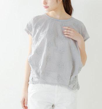 立体的なフラワーレースの刺繍が繊細で可憐な印象を与えるプルオーバー。後ろ身頃はカットソー生地に切り替えられていて、甘すぎない程よいバランスに仕上がっています。パンツにもスカートにも合わせやすい使い勝手バツグンの一枚です。