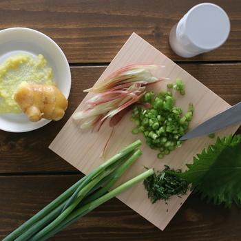 """""""薬味の道具三点セット""""は、スパイスミル、ひのき薬味まな板がセットになっているので、素麺、お蕎麦、ひやむぎなど、これからの季節に冷たい麺を楽しむのに、とても重宝します。"""