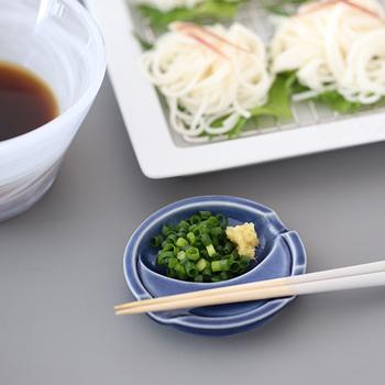 """スプーンをのせる小さなくぼみには、こんな風に薬味を盛り付けることが出来るのも、この""""箸休め""""のいいところ。食卓にお洒落な雰囲気もプラスしてくれるので、おもてなしのシーンにもぴったり!"""