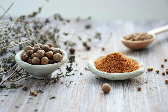 炒め物やスープなど、さまざまな料理に使いやすいカレー粉。ただしその反面、味が決まりやすいのでどうしても同じような味になってしまいがち…そんなマンネリを打破する、カレー粉を使ったレシピをご紹介します。