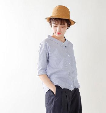 広く開いた女性らしいネックライン、小さな襟、裾に入った変形タック。シンプルなのになぜかオシャレに見える。そんな理想的な着こなしがこの一枚で完成します。ゆったりめのサイズもうれしい♪