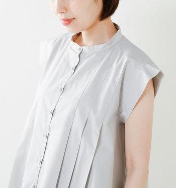 オシャレしたい夏の日にぴったりな凛とした表情のブラウス。フロントのタックが途中からプリーツに切り替わり、ふんわりとしたAラインシルエットをつくります。ロングカーディガンなど羽織りものを合わせやすいのも◎。