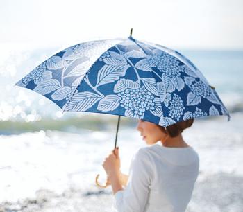 この時期オススメのアイテムが晴雨兼用の折りたたみ傘。雨でも晴れでも、お出かけを更に楽しいものにしてくれますよ。シックな藍色のアジサイ柄もとっても粋です。