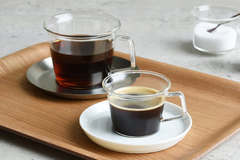 耐熱ガラスのカップと、異素材のソーサーとの組み合わせがモダンな雰囲気を演出する、CASTのカップ&ソーサー。 ソーサーは、無機質でスタイリッシュなステンレス素材と、洗練された印象ながらどこか温かみのある磁器の2種類。使うシーンやテーブルコーディネートに合わせて選びたいですね。