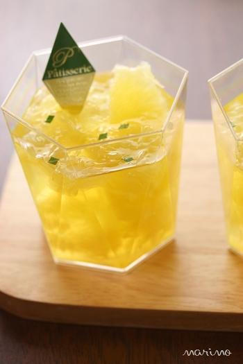 ミント水にジューシーなグレープフルーツの果肉と果汁を加えた爽やかなゼリーです。いくつでも食べれてしまいそう!