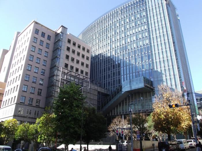 御茶ノ水駅そばに凛とたつ、地上23階、地下3階のリバティタワーがランドマーク的存在になっている「明治大学」。
