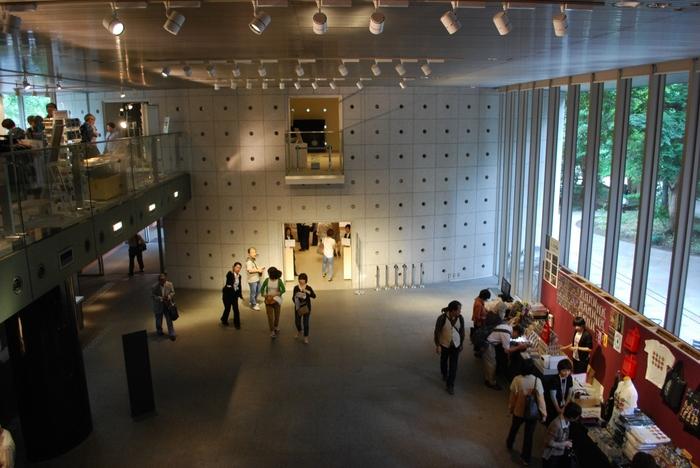 展示スペース、そして収蔵や研究管理の施設も入っています。さらにはカフェテリア、ミュージアムショップ、画材店もあり、お土産選びを楽しむことができます。