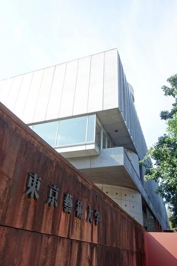 国立西洋美術館、国立科学博物館など、日本屈指のアートスポットが集う東京・上野公園。その公園に隣接しているのが、国立の「東京藝術大学」。 その前身は官立の旧制専門学校「東京美術学校」と「東京音楽学校」であり、日本で最も歴史ある芸術分野の最高学府と謳われています。