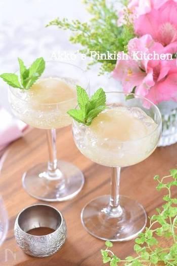 市販の白桃の缶詰を使って手軽に作れるジュレです。カクテルグラスに盛り付けて、ちょっとしたホームパーティーなどのデザートにもいいですね。