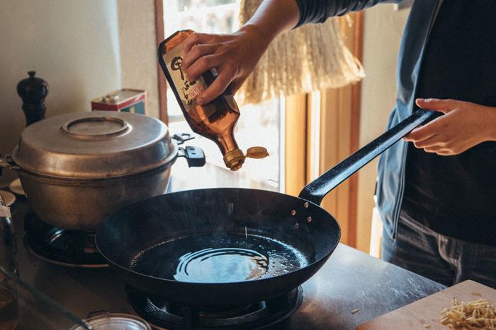 ごま油を使って香ばしく焼き上げるコツは最後の焼き加減にあります。水が入っていると餃子がフライパンにくっついてしまうので、しっかり水分を飛ばすようにしましょう。また、水がなくなってきた際の追いごま油を忘れないことも、美味しく仕上げるポイントです。