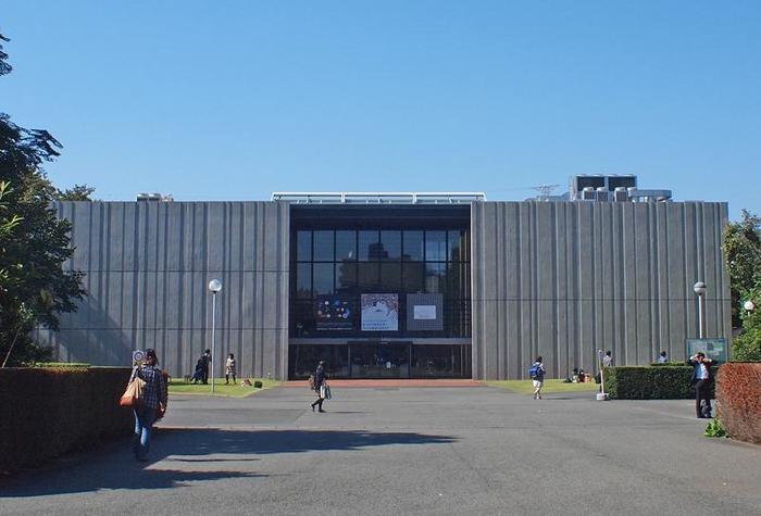 最後に、東京の小平市にある「武蔵野美術大学」を取り上げたいと思います。絵画・版画・陶芸・彫刻など…あらゆる芸術にまつわる学びの場であり、世界的アーティストや芸能人を多数輩出しています。